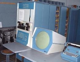 Abb. 4: PDP-1, erster kommerzieller Minicomputer mit Bildschirm